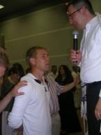 Пастор Орен молится за Марка Якобсона (фото 2010 года)